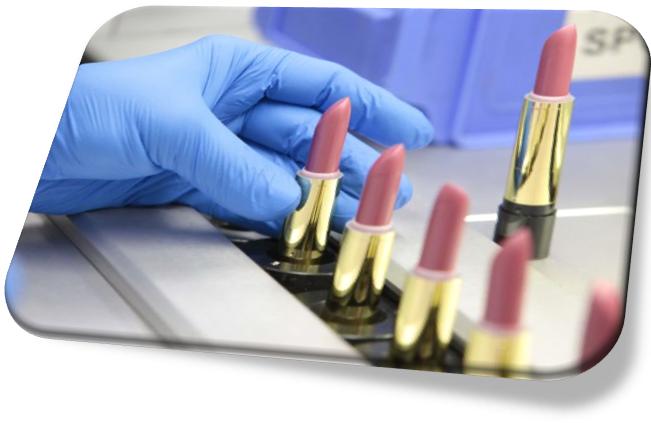 Главными компонентами губных помад являются: основа (жиры, воски и масла) , антиокислитель, парфюмерная композиция и красители.  Основа губной помады представлена жировой фазой. Она определяет консистенцию и ее технологическую характеристику.