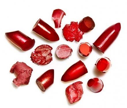Губная помада состоит из четырех основных составляющих: основы, красящей смеси, добавок и отдушек