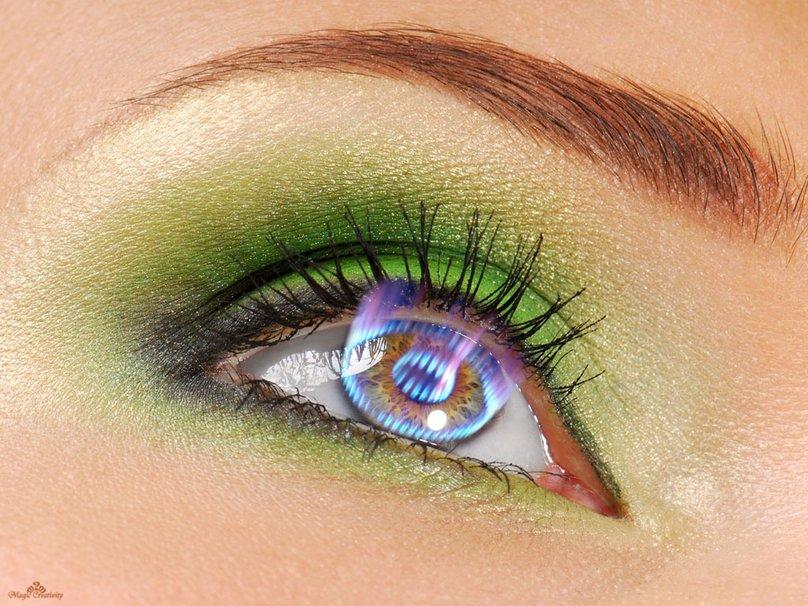 Тени придают взгляду дополнительную глубину и выразительность, подчеркивают и усиливают цвет глаз. В состав теней для век обычно входят парфюмерное масло, церезин, парафин, воск, цинковые и титановые белила, тальк и красители