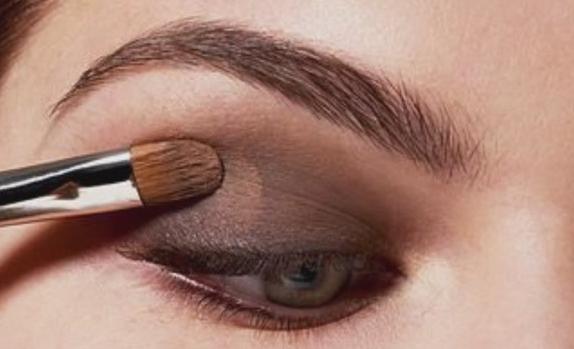 При нанесении макияжа, создании определенного образа больше всего внимания уделяется глазам. Это самая выразительная деталь лица, на которую в первую очередь обращают внимание. Глаза могут очаровывать, увлекать, манить, интриговать, обнадежить.…