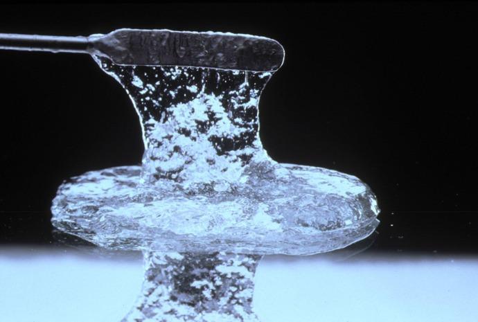 Acrylates copolymer (Полиакрилаты) — синтетический компонент. Aнтистатик, связывающий агент, плёнкообразователь. Наиболее широко используемые синтетические полимеры анионного типа. Хорошо растворяются в воде. Хорошие загустители и гелеобразователи. Стабилизаторы. Стойки к действию кислорода и химических реагентов. Стабилизатор используется в основном в продуктах для придания объёма волосам, защиты от влаги. Полиакрилаты обладают множеством функций. Может применяться: в качестве пленкообразующего агента; как фиксатор для волос; антистатик. Также используется как водонепроницаемый агент в косметике. Одно из наиболее выраженных его действий – противовоспалительное. Широко используется в косметической промышленности в таких продуктах, как краски для волос, тушь для ресниц, лак для ногтей, губная помада, лак для волос, гель для тела, крем от солнца, борьба с морщинами.