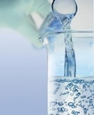 В натуральной косметике используется этиловый спирт – продукт переработки растительного сырья. Применяется в качестве растворителя, эмульгатора, загустителя, смягчителя, для растворения ингредиентов.