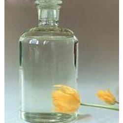 Benzyl benzoate (Бензил бензоат) - это сложный эфир бензойной кислоты, содержащейся во многих смолистых деревьях, а потому вещество обладает довольно сильными антисептическими и противопаразитарными свойствами, характерными для растительных смол. Бензилбензоат прозрачная, бесцветная жидкость с лёгким цветочным ароматом. Бензилбензоат прекрасный растворитель