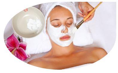 Фруктовые кислоты полезны тем, что проникают в глубокие слои кожи, способствуя мягкому отшелушиванию ороговевших покровов. Они позволяют обновить и омолодить кожу, улучшить цвет лица, уменьшить пигментацию и стереть надоевшие морщинки. При этом фруктовый пилинг считается одним из самых безопасных разновидностей химических пилингов ввиду своей натуральности
