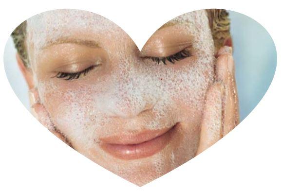 Очищающая пенка для лица удаляет макияж, загрязнения и излишки кожного сала. Пенка легко смывается, оставляя на коже ощущение свежести