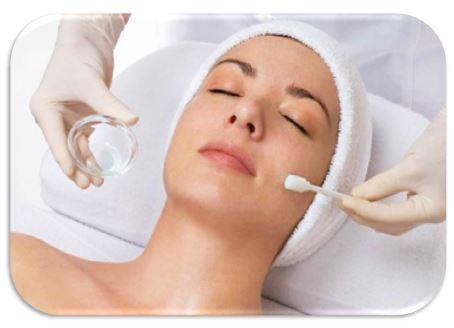 Пилинг представляет собой процедуру, в результате которой кожу очищают от отмерших клеток верхнего, рогового слоя, его еще называют эксфолиацией. Клетки кожи отмирают примерно раз в двадцать восемь дней, после отмирания они могут забивать поры кожи
