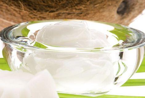 Масло оказывает смягчающее и влагоудерживающее воздействие на кожу. из-за твердой консистенции и высокой устойчивости к окислению широко используется в средствах для ухода за кожей и декоративной косметике.