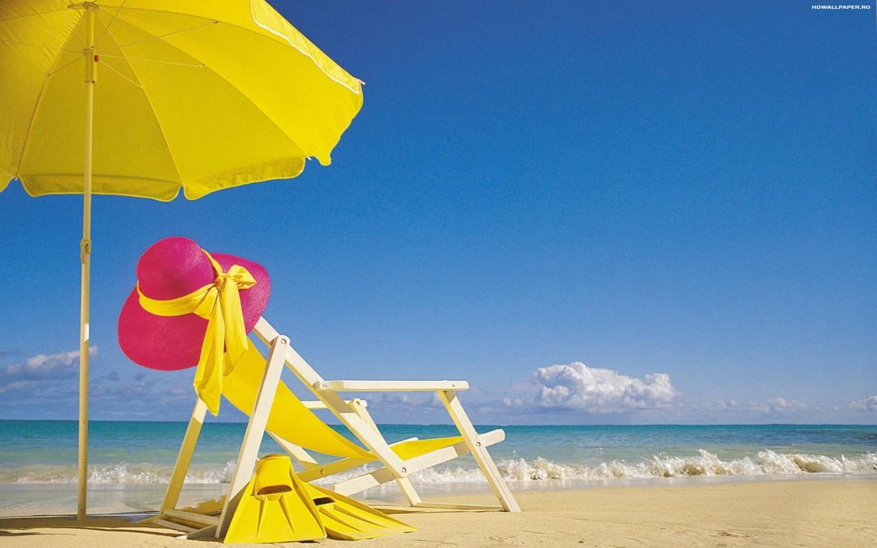 Песчаный пляж, шезлонг и зонтик