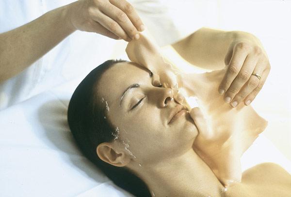 По окончании процедуры маска легко снимается в виде мягкого пластичного слепка, повторяющего контуры лица или тела.