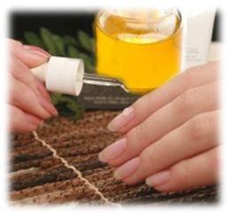 Абрикосовое масло интенсивно питает ноготь, способствует размягчению кутикулы, укрепляет ногтевую пластинку, предотвращает расслаивание и ломкость ногтей, ускоряет их рост и даже выполняют защитную функцию, предохраняя ноготь от заражения грибковой инфекции.