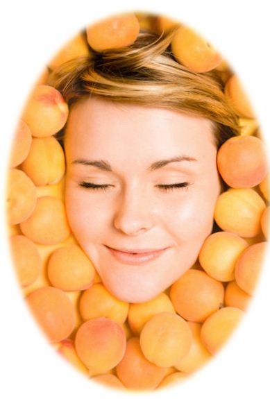 Применение абрикосового масла широко распространено в косметологии, оно подходит для безупречного ухода за кожей лица