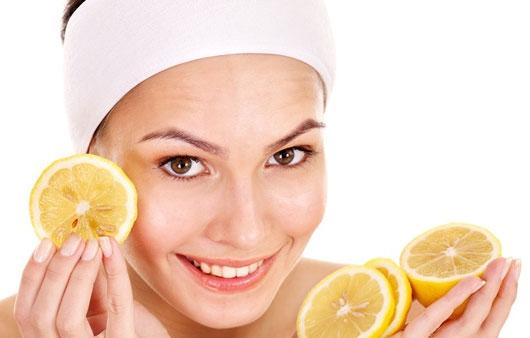 Главные полезные свойства аскорбиновой кислоты — защита и стимулирование иммунитета кожи. Именно витамин С активизирует защитные силы кожи, что помогает ей лучше справляться с воспалениями и излишним (или недостаточным) выделением кожного жира