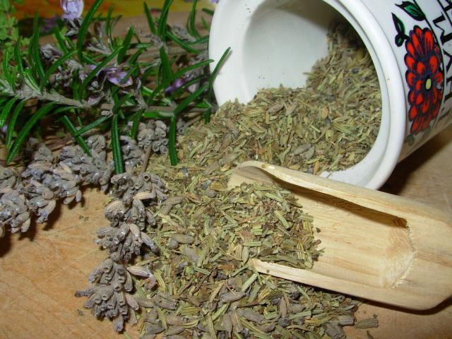 Мазь на основе багульника и жира (либо масла льна) используют при кожных болезнях, обморожениях, ушибах и укусах насекомых. Пластырями с этим растением лечат гнойники, например, при фурункулезе