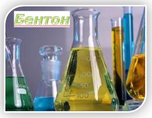 """Бентон - вещество минерального происхождения, получаемое из гекторитовой глины. Не растворяется в воде. В косметике используется как загуститель и гелеобразователь для водных растворов, органических жидкостей, минеральных масел, как стабилизатор эмульсий типа """"вода-в-масле"""", а также в качестве суспендирующего компонента в аэрозольных системах"""