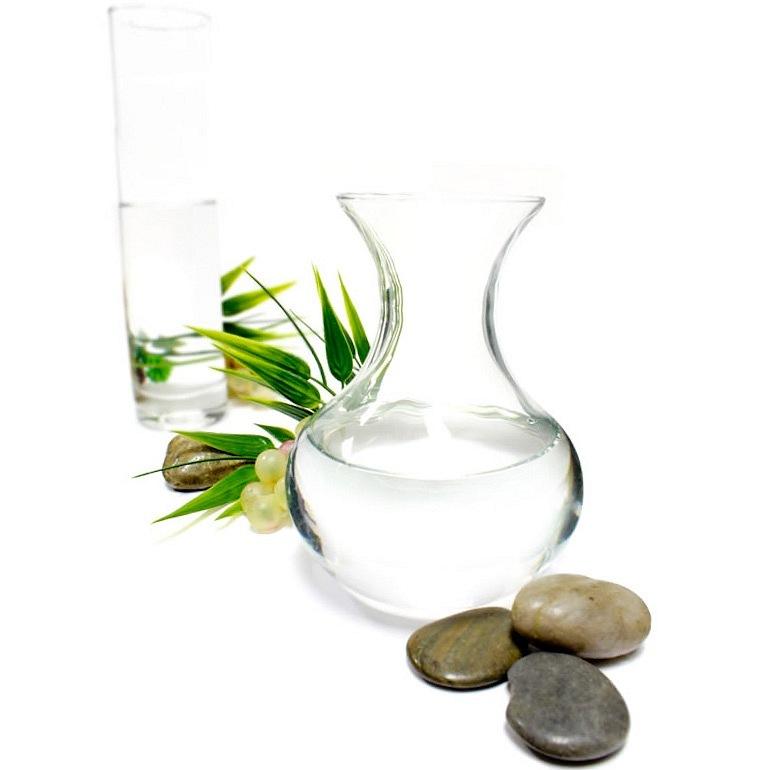Глицерин является трехатомным спиртом, который представляет собой не имеющую запаха, вязкую, прозрачную и бесцветную жидкость, и используется в косметологии в качестве хорошего увлажнителя кожи.