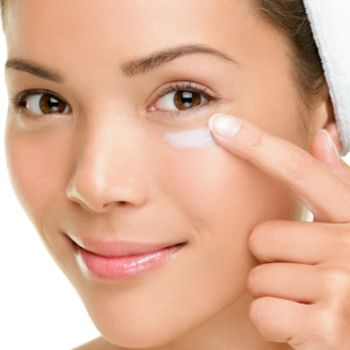 Сыворотки для лица представляют собой, по сути, концентрат активных веществ, таких как витамины С, К или Е, экстракт алоэ вера, керамиды, и так далее. Они разработаны таким образом, чтобы эти компоненты проникали как можно глубже в кожу - настолько глубоко, насколько это возможно при использовании средств для наружного применения.