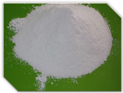 Бензоат натрия - один из самых популярных и безопасных консервантов. Встречается в чернике, бруснике, меде в форме кислоты, но в промышленных количествах производится химическим синтезом. Бензоат натрия угнетает жизнедеятельность  дрожжей, плесеней и некоторых видов бактерий, увеличивая срок годности пищевых продуктов