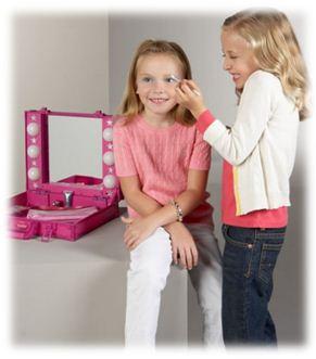 Детям косметические средства нужны не меньше, чем взрослым. Самым маленьким – присыпки, детское молочко, масло, специальные гели для купания и шампуни. Для детишек постарше также существуют целые набор средств, которые станут полезным и приятным подарком.