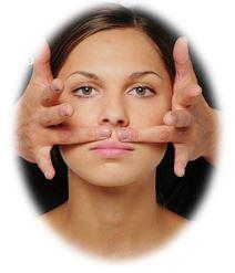 Каждый день (утром или вечером) делайте массаж губ с помощью чуть влажной зубной щетки или уголком мягкого махрового полотенца