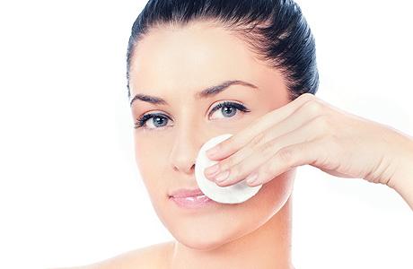 Очищение губ следует проводить ежедневно, аккуратно, не растягивая кожу, удаляя помаду и загрязнения ватой с косметическим молочком или очищающим лосьоном.
