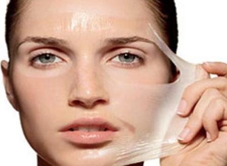 Ферментативный пилинг можно использовать для ухода за кожей в любом возрасте. В результате такого воздействия молодая кожа будет очищена, увлажнена и защищена. Увядающий эпидермис получит заряд бодрости, его тонус повысится, рельеф и цвет восстановятся, запустятся процессы омоложения