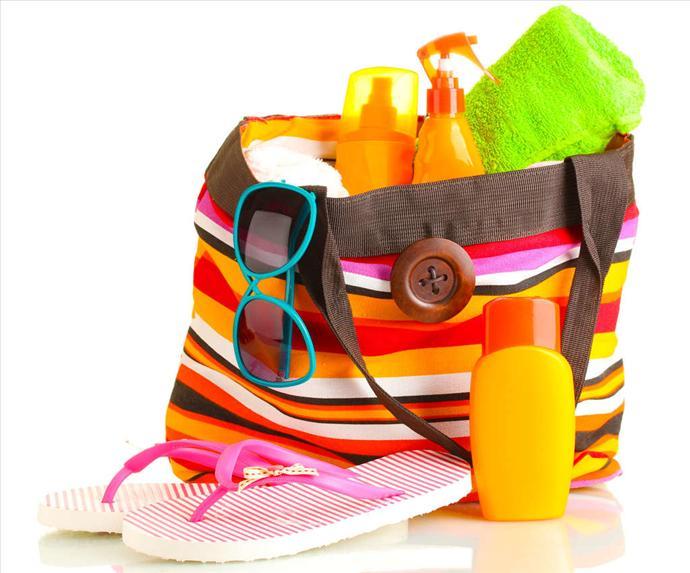 Новый сарафанчик и пляжная шляпа куплены, чемодан почти собран. Остался открытым только один вопрос - какую косметику взять с собой в путешествие?