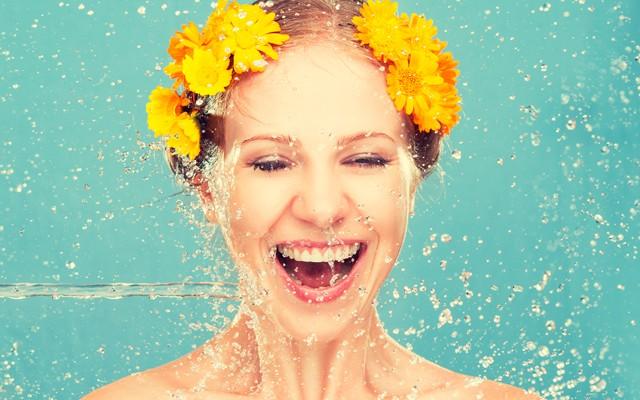 Вода является самым распространенным очищающим средством. Вполне естественным является то, что при уходе за кожей, водные процедуры